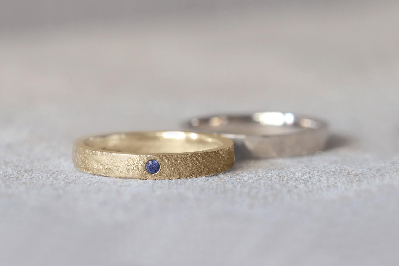 イエローゴールドとサファイアのアンティークな結婚指輪