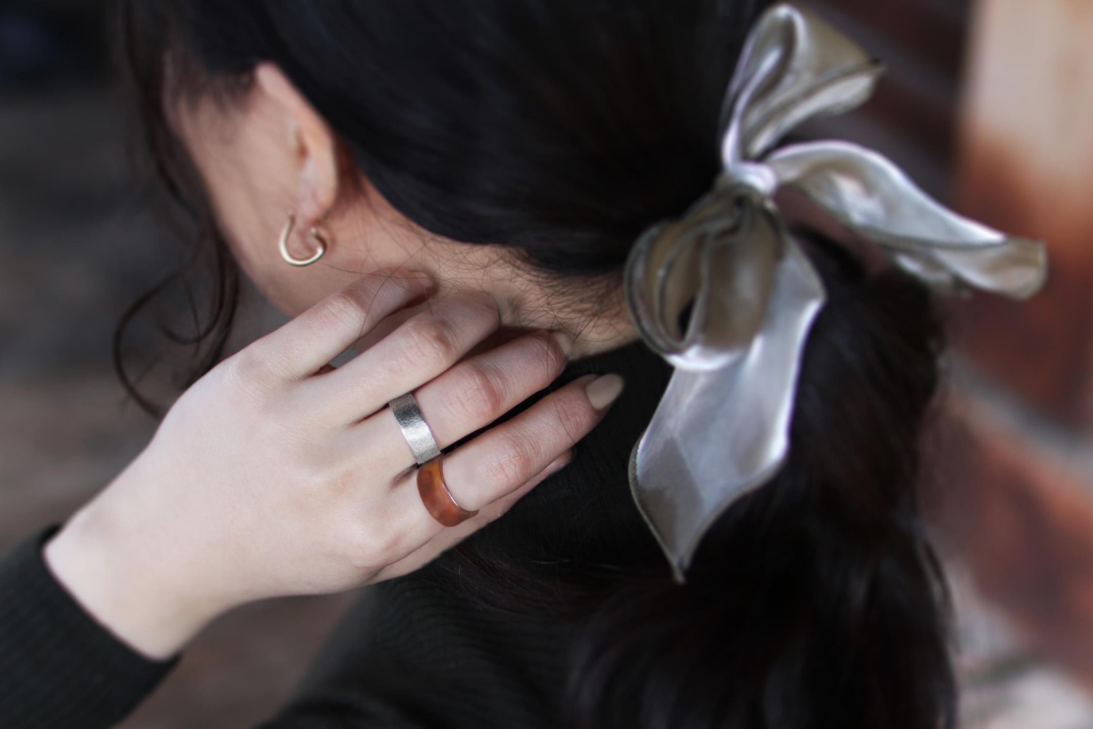 べっ甲の指輪と組み合わせるコーデ