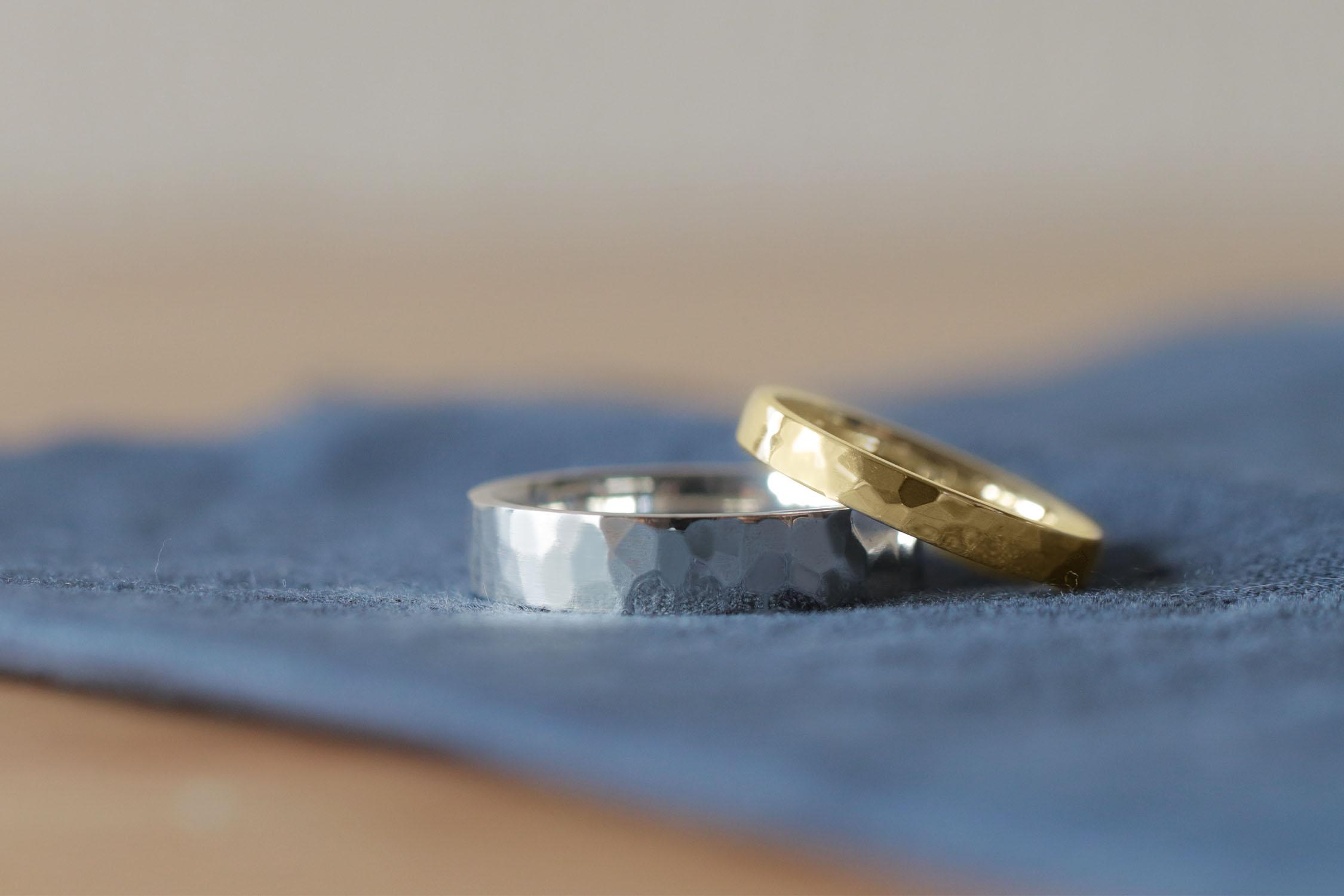 模様を自分で入れる鎚目模様の結婚指輪