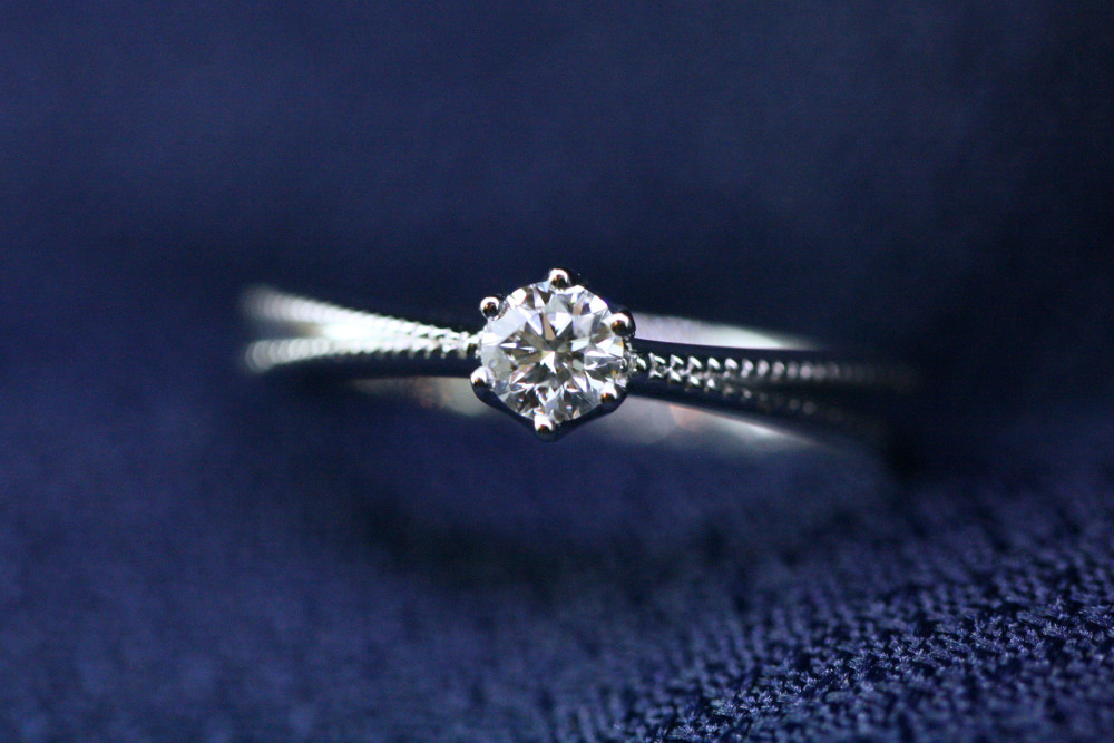ミル打ちが施された婚約指輪