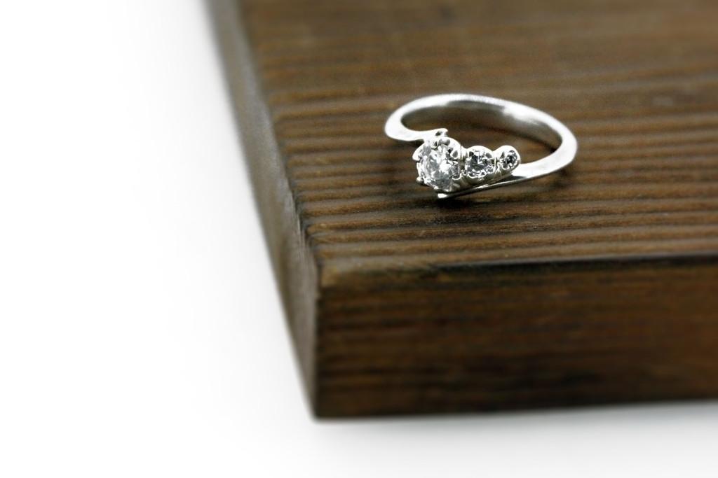 3石のダイヤが付いたエンゲージリング